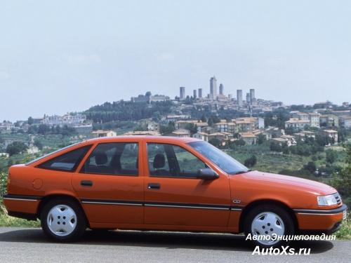 Opel Vectra A Hatchback (1990 - 1992): фото сбоку