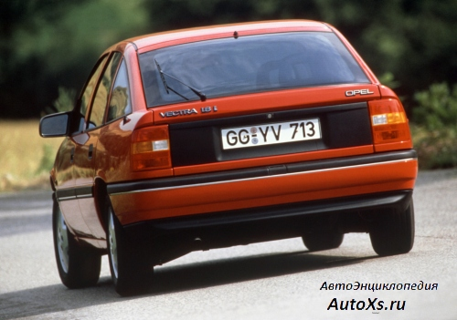 Opel Vectra A Hatchback (1990 - 1992): фото сзади